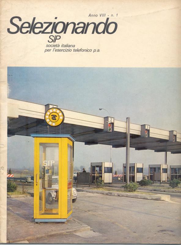 Cabina telefonica nei pressi di un casello autostradale di Torino, 1972