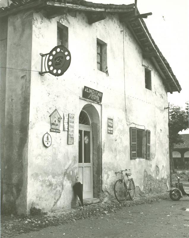Un posto telefonico pubblico in una frazione di Vercelli, 1959
