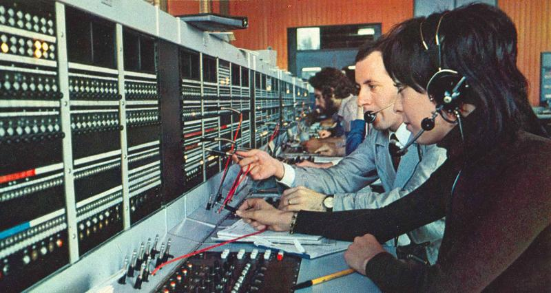 Operatori al tavolo di commutazione del servizio 170 di Acilia (Roma), 1974