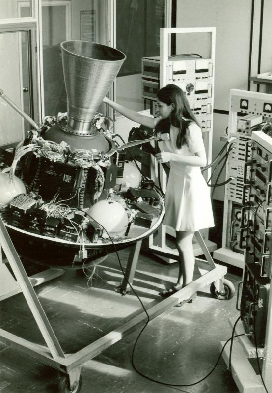 Lavori sull'apparecchiatura di bordo per l'esperimento di telecomunicazione del satellite Sirio, anni '70