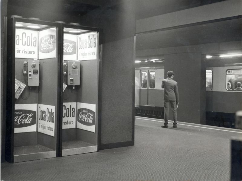 Le prime cabine installate nella metropolitana di Milano, 1964