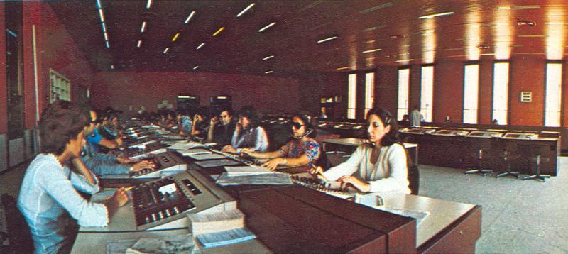 Operatrici della centrale Italcable di Acilia (Roma), 1974