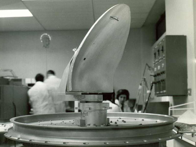 Prove di laboratorio dell'antenna del trasponditore per il satellite Sirio presso lo stabilimento Selenia di Roma, 1972