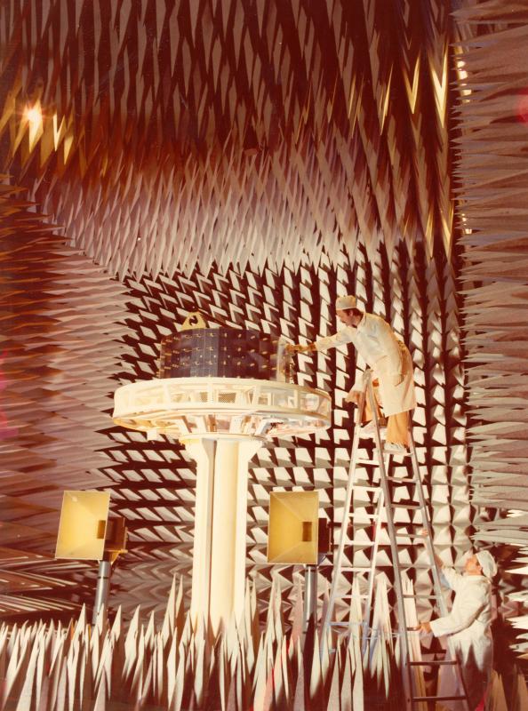 Test sul satellite Meteosat effettuato in camera anecoica, 1978